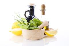 Huile d'olive, vinaigre, herbes curatives et citron Images libres de droits