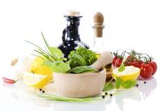 Huile d'olive, vinaigre, herbes curatives et légumes Photos libres de droits