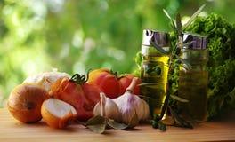 Huile d'olive, vinaigre, tomate et herbes Images libres de droits