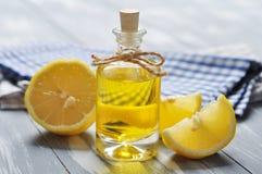 Huile de citron dans une bouteille en verre images libres de droits