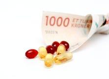 Huile de foie de morue Omega 3 capsules de gel avec le billet de banque de devise de 1000 couronnes danoises Image stock