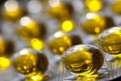 Huile de foie de morue Omega 3 capsules de gel sur le fond en pastel Photographie stock