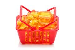 Huile de foie de morue Omega 3 dans le panier à provisions Photos stock