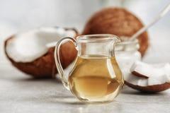 Huile de noix de coco fraîche en verrerie Photos stock