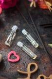 Huile de parfum dans des bouteilles en verre Photos stock