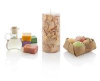 Huile de station thermale dans des bouteilles avec les bougies et les savons parfumés Avec des chemins de picoseconde Images stock