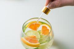 Huile essentielle avec l'orange - vitamine C Rem?des naturels, vitamine C de baisse - compte-gouttes photos libres de droits
