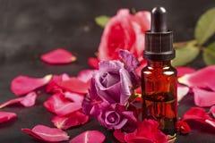 Huile essentielle avec les fleurs roses photographie stock libre de droits