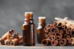 Huile essentielle de cannelle pour la station thermale, aromatherapy, bien-être, fond médical images libres de droits