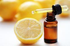 Huile essentielle de citron Images stock