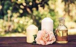 Huile essentielle naturelle, roses parfumées et bougies Concept de station thermale Concept romantique Copiez l'espace Photos libres de droits