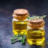 Huile essentielle organique de thym avec les feuilles vertes Image stock