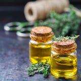 Huile essentielle organique de thym avec les feuilles vertes Photos libres de droits