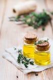 Huile essentielle organique de thym avec les feuilles vertes Images stock