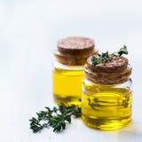 Huile essentielle organique de thym avec les feuilles vertes Photographie stock