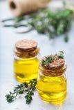 Huile essentielle organique de thym avec les feuilles vertes Photo stock