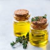 Huile essentielle organique de thym avec les feuilles vertes Photos stock
