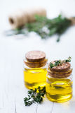 Huile essentielle organique de thym avec les feuilles vertes Photo libre de droits