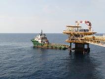 Huile et industrie du gaz de soutien de bateau d'approvisionnement Cargaison de transfert de bateau d'approvisionnement cargaison photo libre de droits