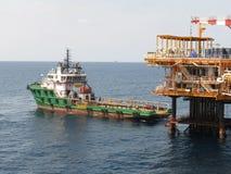 Huile et industrie du gaz de soutien de bateau d'approvisionnement Cargaison de transfert de bateau d'approvisionnement cargaison images stock