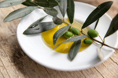Huile et olives d'olive Photos stock