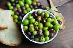 Huile et pain d'olive sur le bois Photos stock