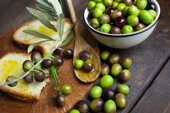 Huile et pain d'olive sur le bois Photos libres de droits