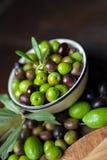 Huile et pain d'olive sur le bois Images stock