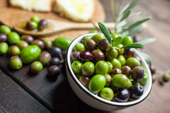 Huile et pain d'olive sur le bois Image stock