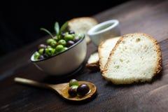 Huile et pain d'olive sur le bois Images libres de droits