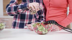 Huile se renversante de fille en salade banque de vidéos