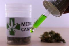 Huile verte de cannabis pour apaiser des maux de muscle photographie stock