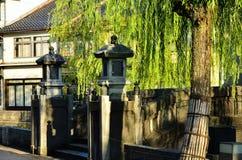 Huilende wilgen en brug, Kinosaki Japan Royalty-vrije Stock Foto's