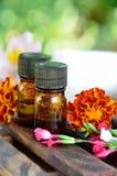 Huiles d'Aromatherapy avec des fleurs photographie stock