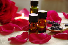 Huiles d'Aromatherapy avec des roses Photographie stock
