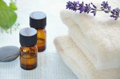 Huiles d'Aromatherapy avec la lavande images stock
