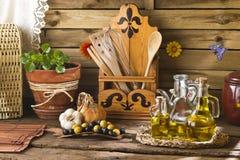 Huiles d'olive dans la cuisine rustique Images libres de droits