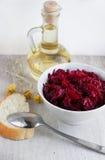 Huilez dans la cruche et la salade en verre des betteraves Images stock