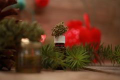 Huilez le cannabis dans une bouteille et le chanvre sur un fond de Noël image libre de droits