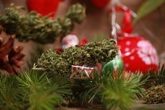 Huilez le cannabis dans une bouteille et le chanvre sur un fond de Noël photographie stock libre de droits