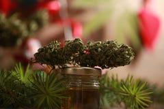Huilez le cannabis dans une bouteille et le chanvre sur un fond de Noël photos libres de droits
