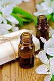 Huilez le savon aromatique et blanc avec des fleurs de pomme Images stock