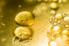 Huilez les baisses et les bulles sur une surface de moteur de vitesse en métal Photo de plan rapproché Image libre de droits