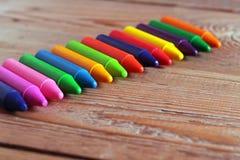 Huilez les crayons en pastel se trouvant sur une table en bois Images stock