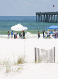 Huilez les lavages à terre en plage de Pensacola Image stock