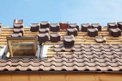 Huis in aanbouw Dakwerktegels met open dakraam royalty-vrije stock afbeeldingen