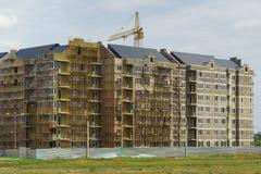 Huis in aanbouw in de woon complexe stad van Europa op de straat Byzantium in de nieuwe buurt stock foto's