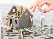 Huis in aanbouw en sleutel. Stock Fotografie