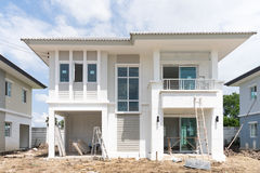 Huis in aanbouw met bouwmateriaal Stock Fotografie