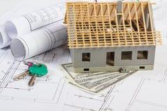 Huis in aanbouw, sleutels, muntendollar en elektrotekeningen, concept de bouw van huis Royalty-vrije Stock Foto